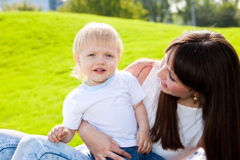 Mamma und Sohn draußen lizenzfreies stockfoto