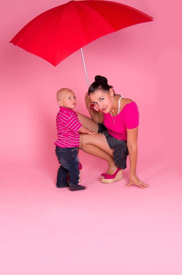 Download Mamma Und Sohn Unter Einem Roten Regenschirm Stockbild - Bild von portrait, hintergrund: 26367479