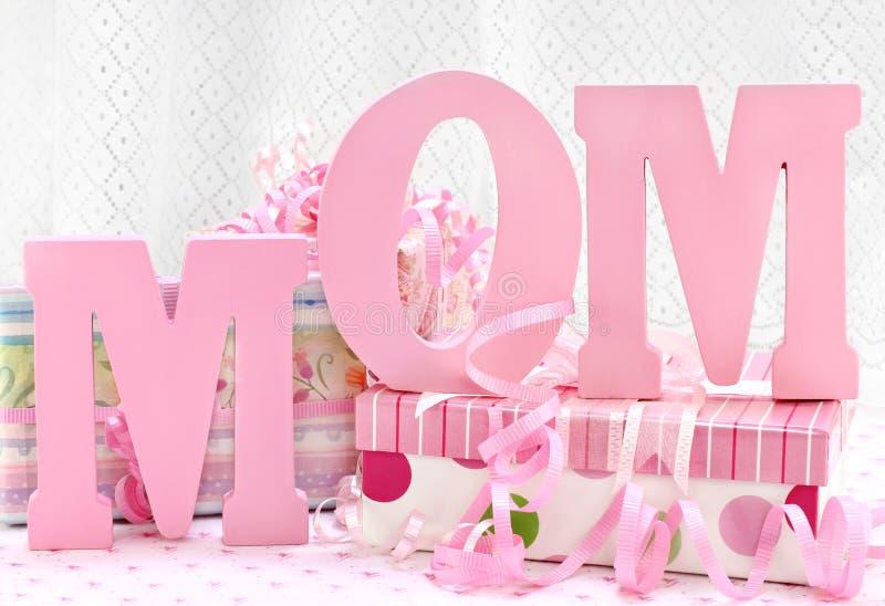 MAMMA-Zeichen und hübsche eingewickelte Geschenke lizenzfreies stockfoto