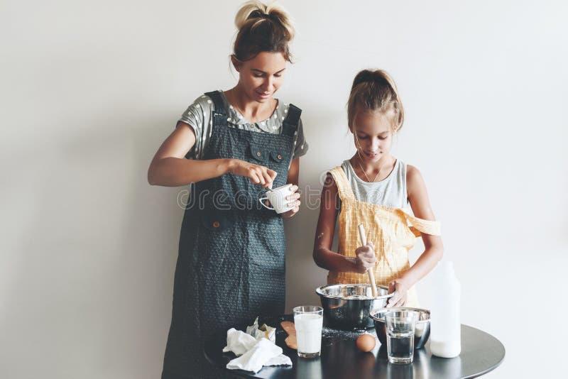 Mammabaksel met haar dochter stock afbeelding