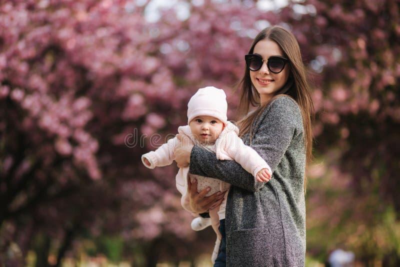 Mammaflugan med hennes litet behandla som ett barn i tha parkerar lycklig familj royaltyfri fotografi