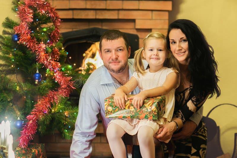Mamman, farsan och dottern förbereder sig för det nya året royaltyfri bild