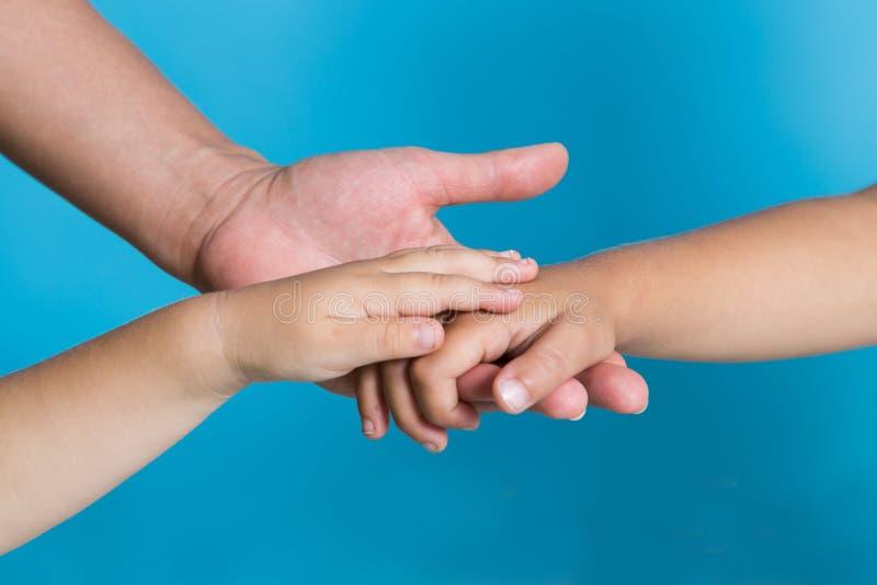 Mamman ger handen till hennes barn royaltyfri foto