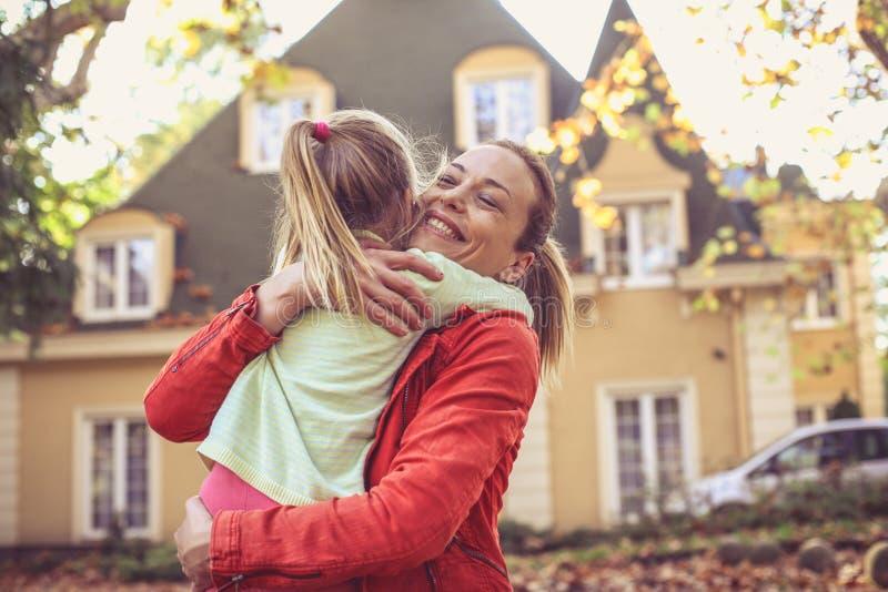 Mamman ger sig mig en kram fotografering för bildbyråer