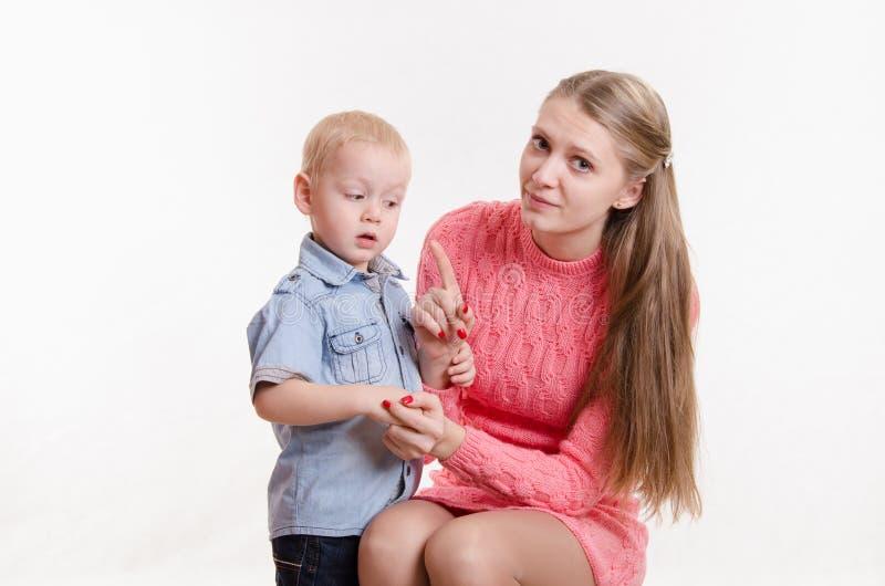 Mamman grälar på årig pojke tre royaltyfria bilder