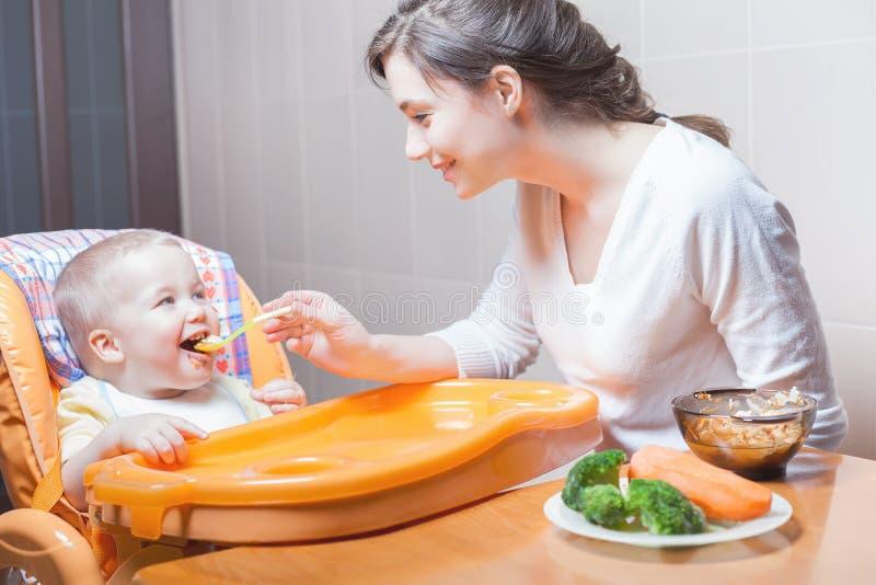 Mamman matar behandla som ett barnsoppan Sunt och naturligt behandla som ett barn mat arkivbilder