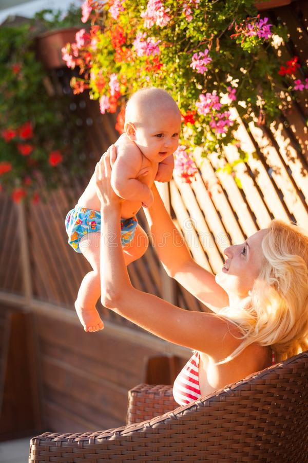 Mamman med behandla som ett barn att vila som är utomhus- royaltyfri foto