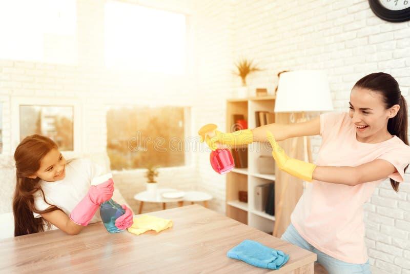 Mamman och dottern gör ren hemma arkivbilder