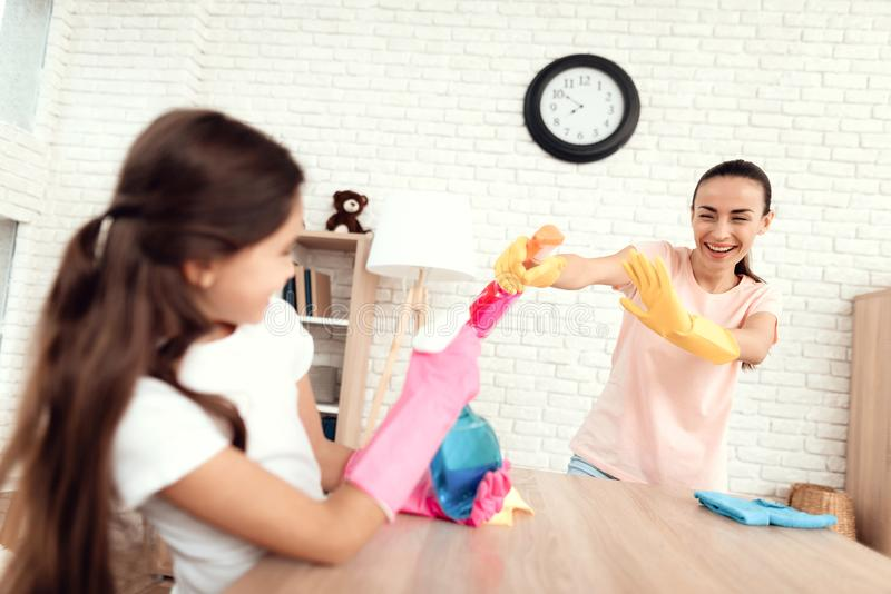 Mamman och dottern gör ren hemma royaltyfri bild