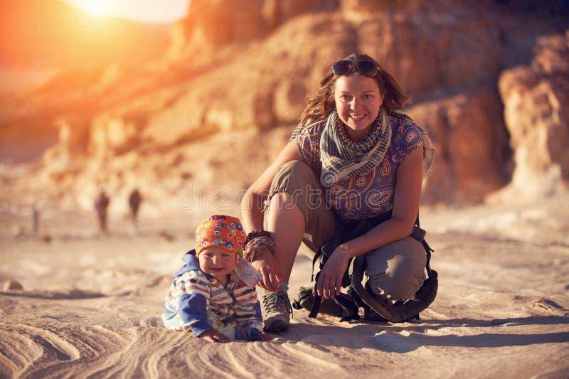 Mamman och hans lilla son går i kanjonen royaltyfria bilder