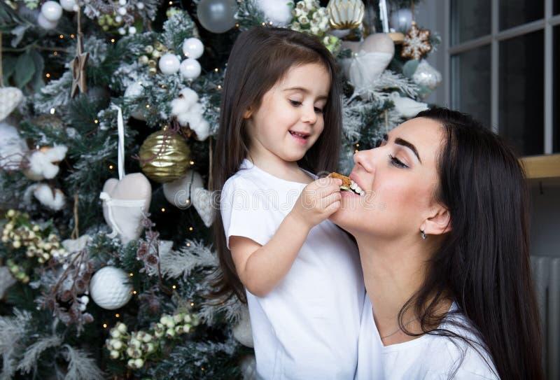 Mamman och lilla flickan meddelar med de arkivfoto
