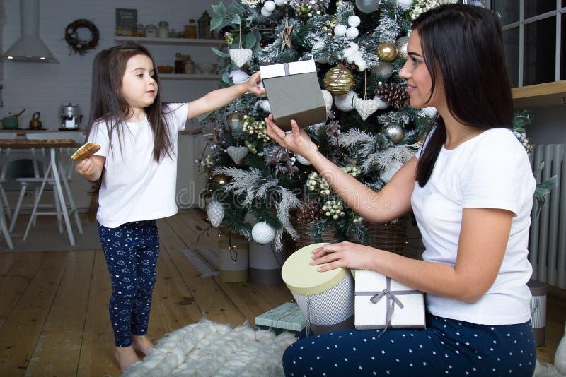 Mamman och lilla flickan meddelar med de royaltyfri bild