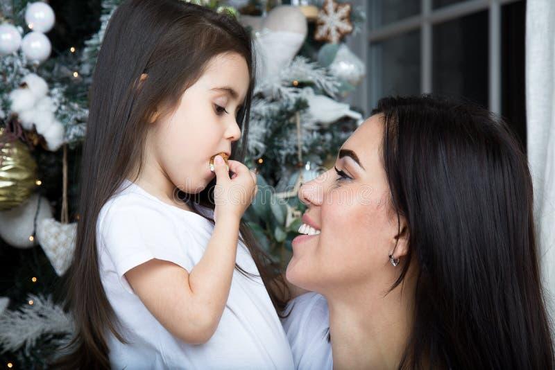 Mamman och lilla flickan meddelar med de fotografering för bildbyråer