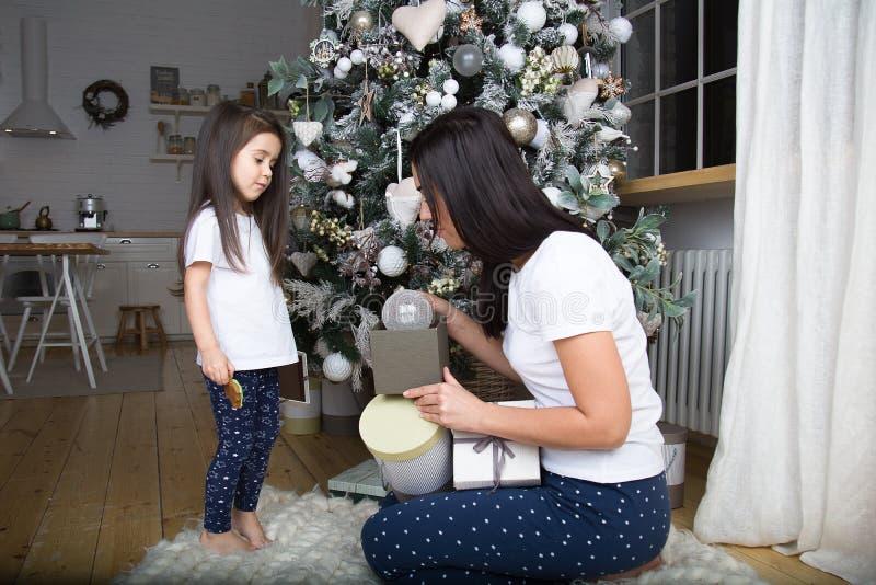 Mamman och lilla flickan meddelar med de arkivfoton
