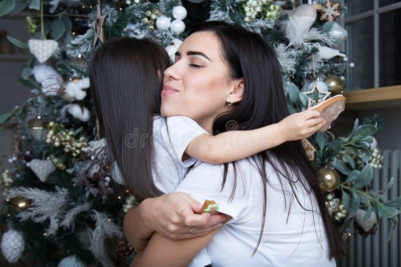 Mamman och lilla flickan meddelar med de arkivbild