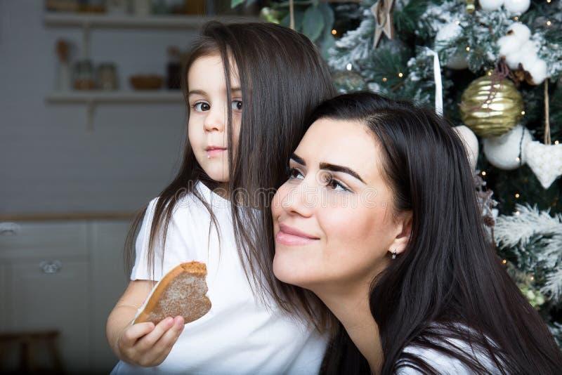 Mamman och lilla flickan meddelar med de royaltyfria bilder