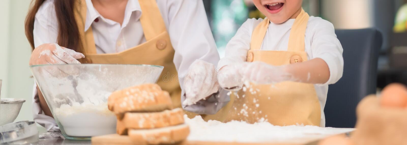 Mamman och sonen för konditor som förbereder den asiatiska gör bageribrödkakan, läckert royaltyfri fotografi