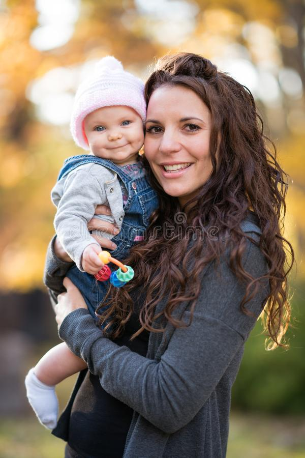 Mamman som rymmer att le, behandla som ett barn royaltyfri fotografi