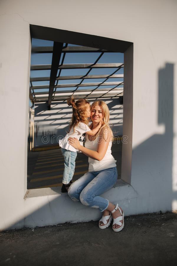 Mammaspelen met haar dochter op een de zomer zonnige dag royalty-vrije stock fotografie