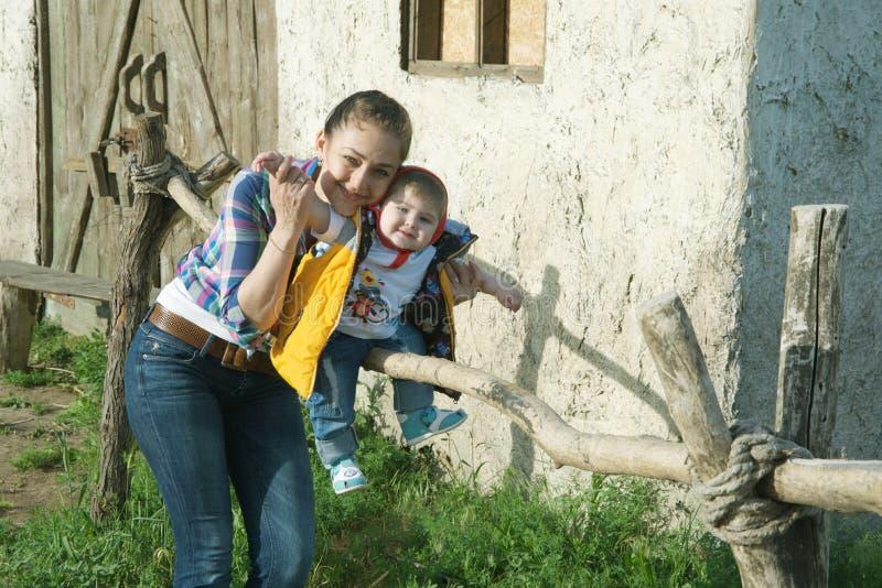 Mammaspiele mit ihrem Sohn stockfoto