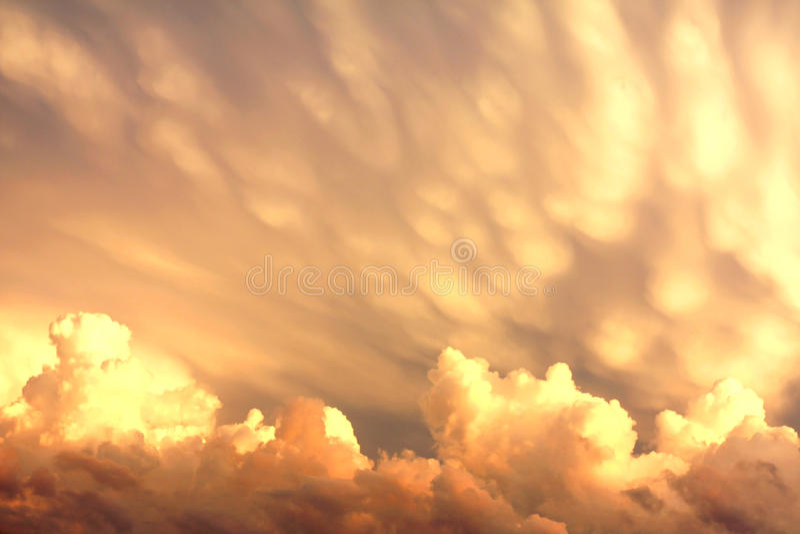 Mammatus e cumuli dopo una tempesta fotografie stock