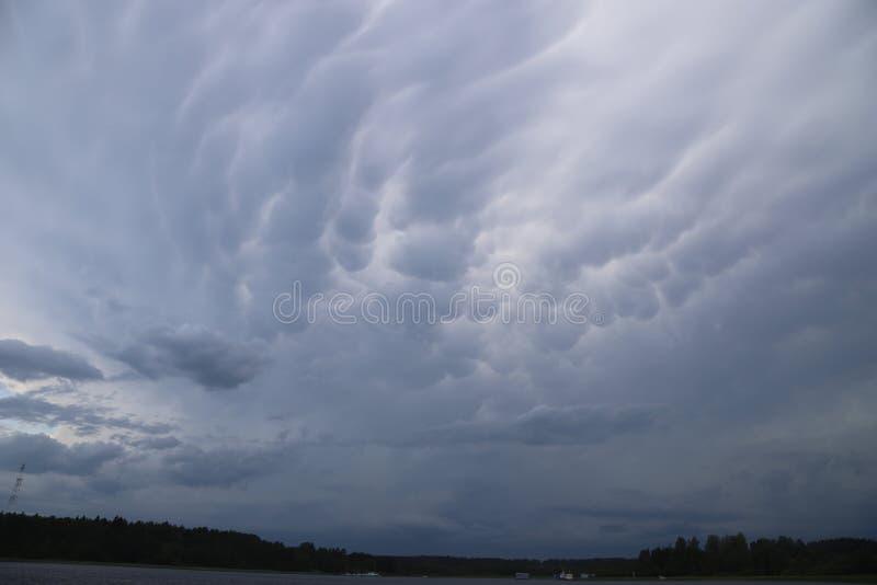 Mammatus fördunklar ovanlig grå himmel för sommar royaltyfri fotografi