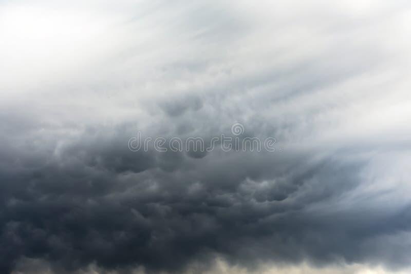 Mammatus moln fyller himlen efter en övergående supercellåskväder royaltyfria bilder
