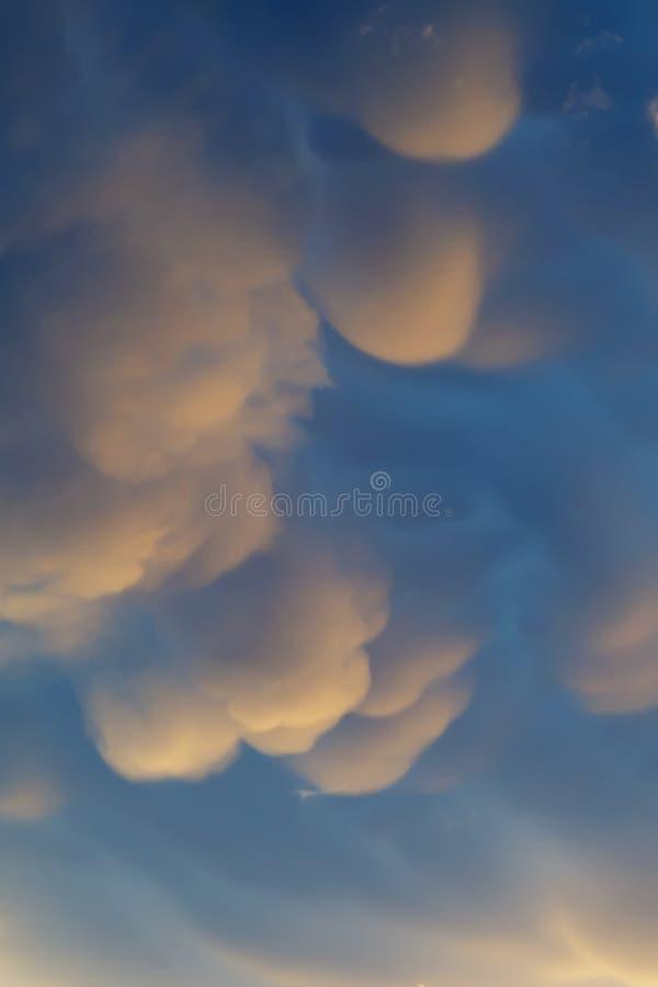 Mammatuswolken in avondhemel na een voorbijgaande supercell onweersbui stock fotografie