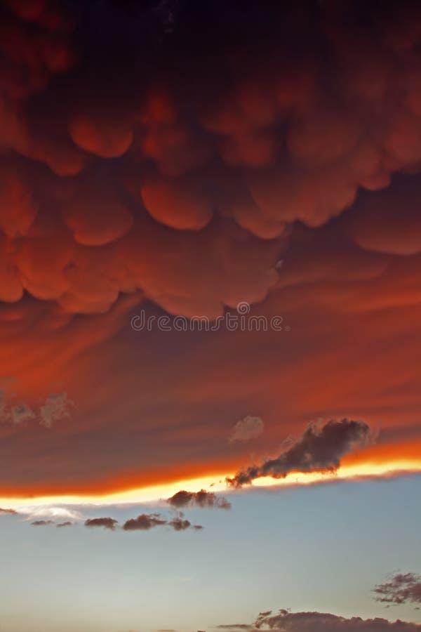 Mammatuswolken bij zonsondergang voor hevige onweersbui royalty-vrije stock foto