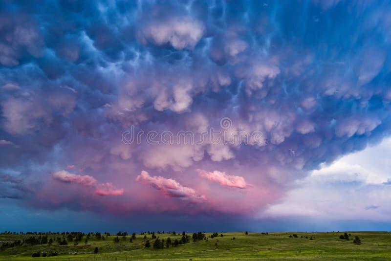 Mammatuswolken en stormachtige hemel bij zonsondergang royalty-vrije stock foto