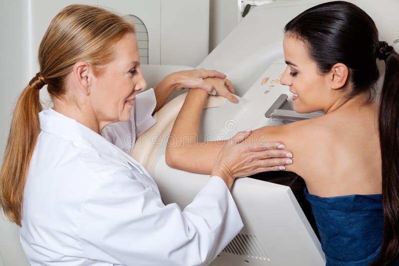 Mammography van artsenassisting patient during royalty-vrije stock foto's
