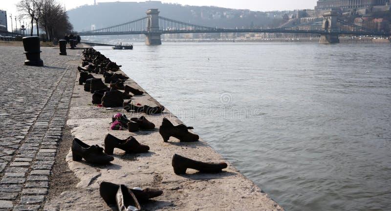 mamorial的鞋子和铁锁式桥梁在布达佩斯 免版税库存照片