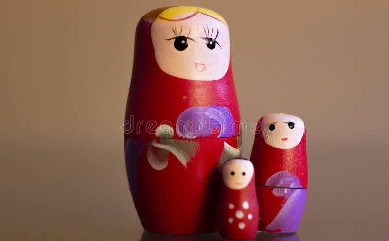 Mamushkas i en grupp, kvinnor som symboliserar figurativt olika utvecklingar av kvinnor i en familj fotografering för bildbyråer