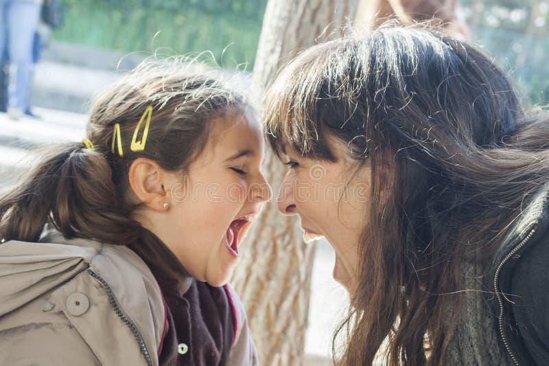 Mamusi i córki krzyczeć głośny obraz royalty free