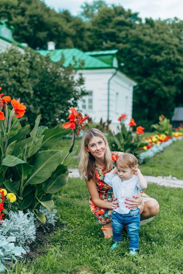 Mamy i syna dopatrywania kwiaty obraz royalty free