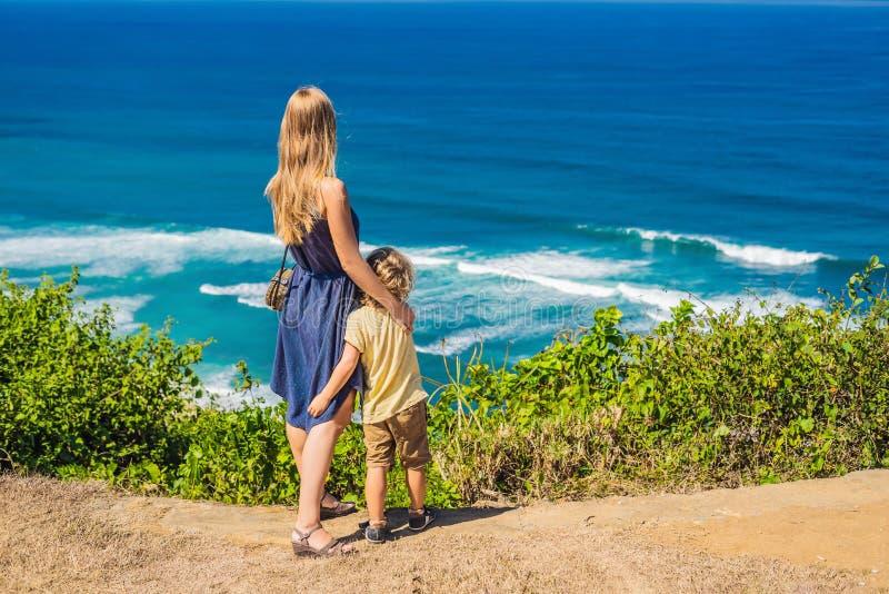 Mamy i syna podróżnicy na falezie nad plaża Pusty raj zdjęcie stock