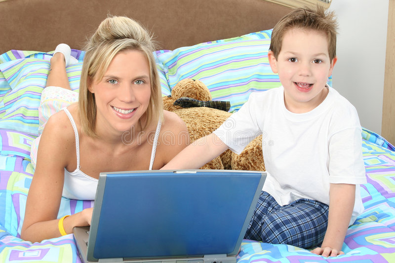 mamy laptopa synu obraz stock