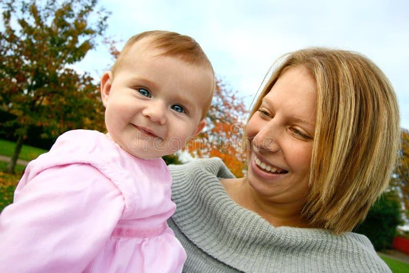 mamy piękne dziecko young zdjęcie royalty free