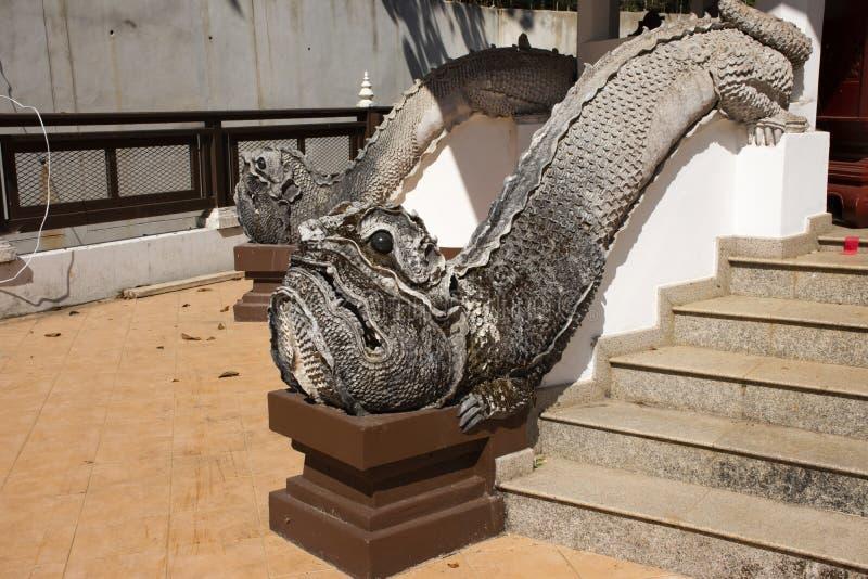 Mamy statuy lanna mityczny zwierzęcy styl na schodkach przy Watem Phra Który Doi Tung świątynia w Chiang Raja, Tajlandia obrazy stock