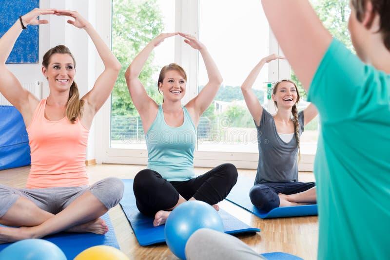 Mamy w postnatal regresi kursowy robi joga fotografia royalty free