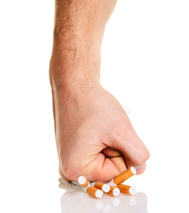 Manâs Faust, die Zigaretten zerquetscht lizenzfreie stockfotografie