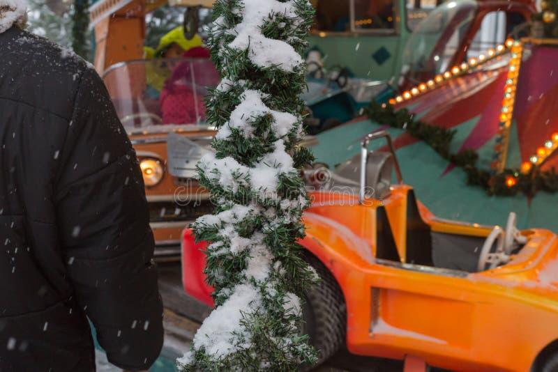 manège avec des enfants ayant l'amusement des vacances de Noël image stock