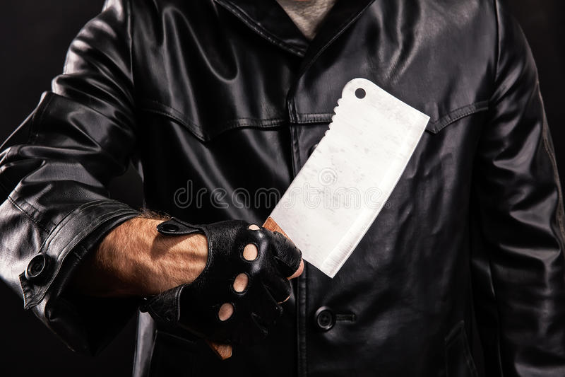 Maníaco com a faca no fundo escuro fotografia de stock