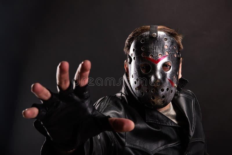 Maníaco na máscara do hóquei no fundo escuro fotografia de stock royalty free