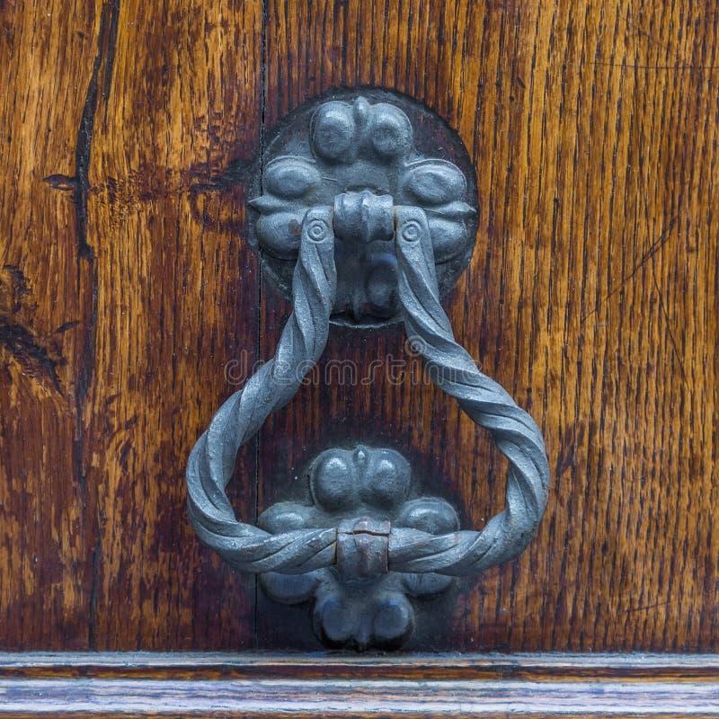 Manípulo da porta de vindima numa porta antiga foto de stock