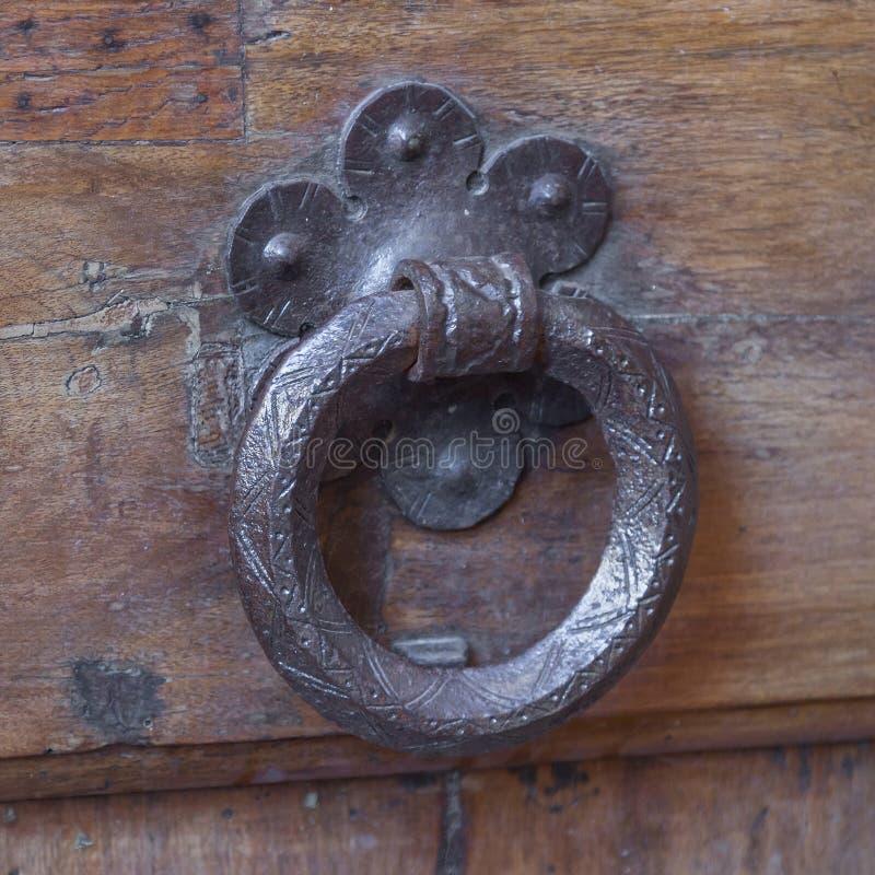 Manípulo da porta de vindima numa porta antiga foto de stock royalty free