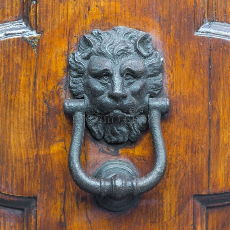 Manípulo da porta de vindima numa porta antiga fotos de stock