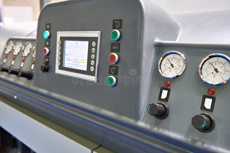 Manómetros análogos en sistema industrial fotografía de archivo