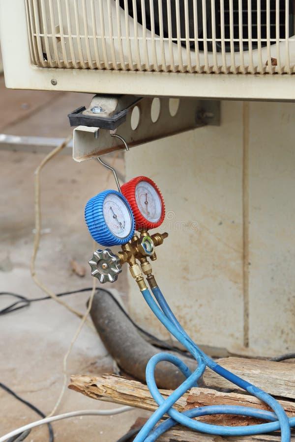 Manómetros para los acondicionadores de aire de relleno imagen de archivo