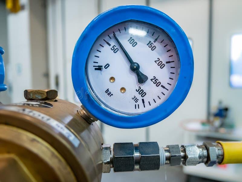 Manômetro de gás em uma válvula fotografia de stock royalty free